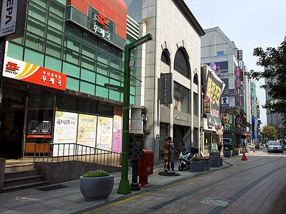 釜山光復洞郵便局(左端の建物)のある通り